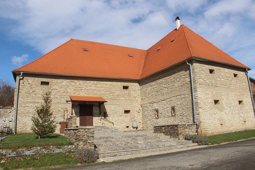 Opravená barokní sýpka v Ludéřově s novým vstupem.