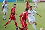 Útočník HFK Branislav Hanzel (s míčem) zkouší vyzrát na obránce Třince Ivana Martinčíka.