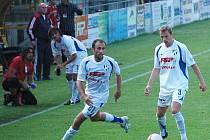 Záložník HFK Peter Krutý (vlevo) a obránce Jaromír Lukášek.