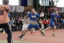 Házenkáři Velké Bystřice (v modrém) prohráli v předposledním kole soutěže v bitvě o titul se Strakonicemi 26:28
