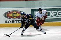 Hokejisté Olomouce (v bílém) porazili v přípravě Vítkovice 3:2.