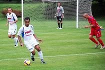 Brazilec Michel Costa přebírá míč