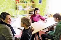 Speciální pedagožka Zdeňka Janhubová (uprostřed) při práci s dětmi