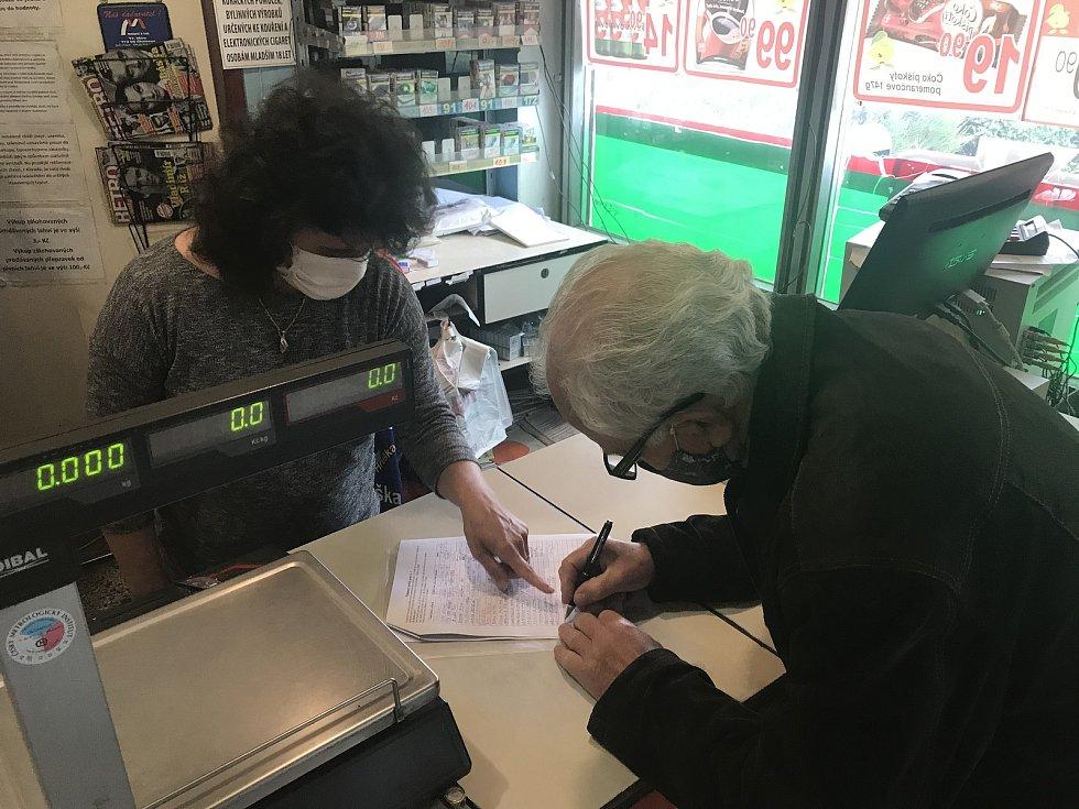 Proti zatížení dopravou v obci Kožušany-Tážaly podepisují místní petici. (14.května 2020)
