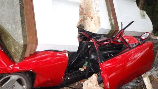 Mladý řidič naboural boží muka mezi Hnojicemi a Žerotínem, ta ho zavalila