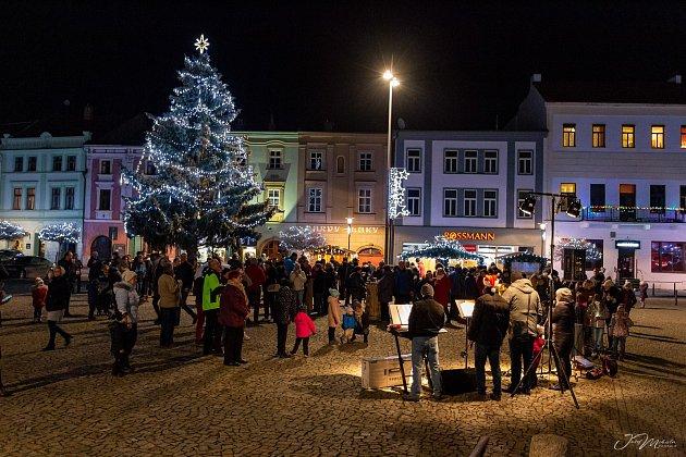 VUničově oslavili vítězství vanketě Olomouckého deníku onejkrásnější vánoční strom ve čtvrtek při podvečerním setkání na Masarykově náměstí. AUTOR: Josef Mikula