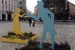 Reminiscence na barokní květinové záhony s roztančenými figurami na Horním náměstí v Olomouci