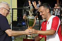 Petr Uličný předává pohár pro vítěze veteránského mistrovství na Nových Sadech Marcelovi Harvánkovi ze Slavie Karlovy Vary