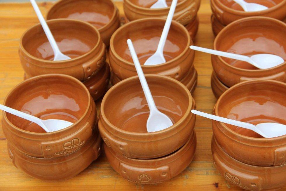 Den lidí bez domova na Horním náměstí v Olomouci nabídl benefiční polévku