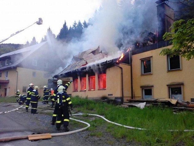 Hasiči zasahují u požáru rekonstruovaného hotelu v Dětřichově