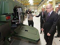 Návštěva premiéra Bohuslava Sobotky v privátní zbrojovce Excalibur ve Šternberku