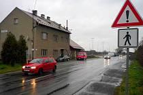 Nebezpečná cesta po frekventované silnici od nádraží i autobusové zastávky v Příkazích