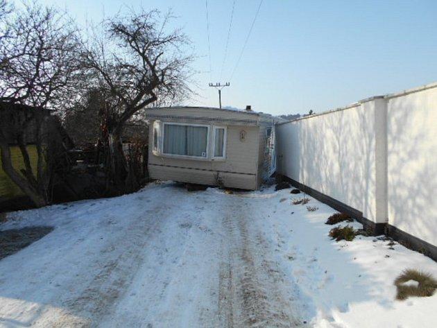 Mobilní dům se nepovedlo v pondělí odpoledne přemístit v Olomouci na zahradu.