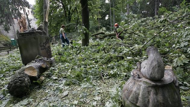V Bezručových sadech v Olomouci zničil padající strom pozdně barokní pískovcovou sochu.