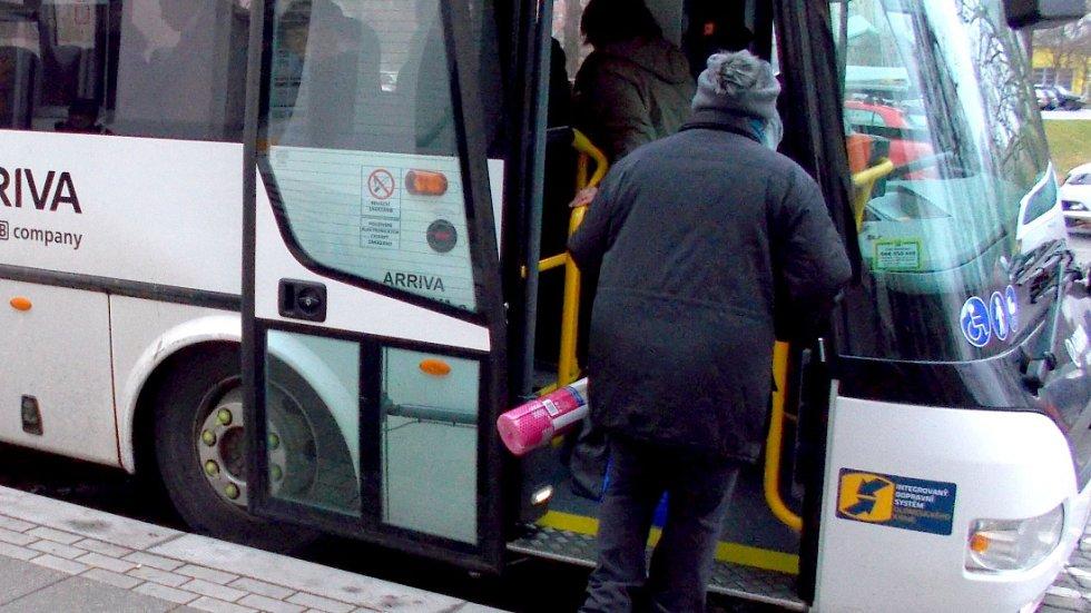 Autobus IDSOK v nové bílé úpravě