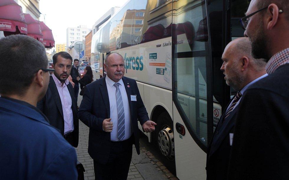 DENÍK BUS - lídry stran jsme vzali autobusem na debatu do Přerova. Zleva čelem Michal Zácha (ODS), Ladislav Okleštek (ANO), Lubomír Hartmann (Realisté)