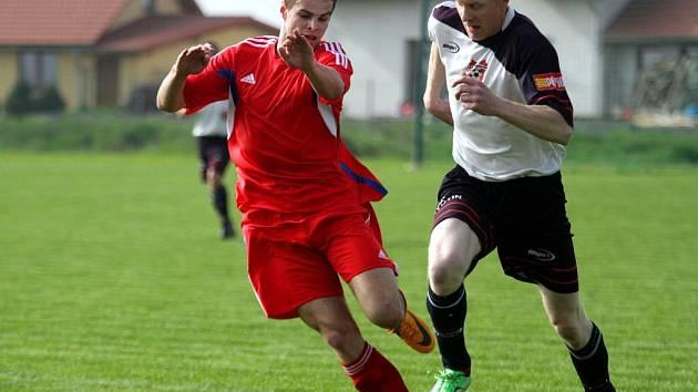 Fotbalisté Hněvotína (v bílém) proti Šternberku