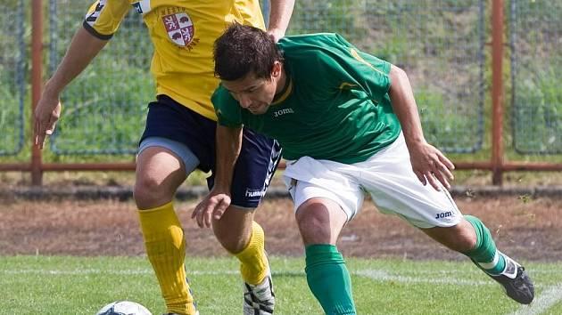 Uničov (v zeleném) bojuje o míč