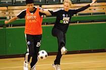 Dvojnásobná mistryně světa v házené Emiliya Turey z Ruska se fotbalově probíjí přes spoluhráčku