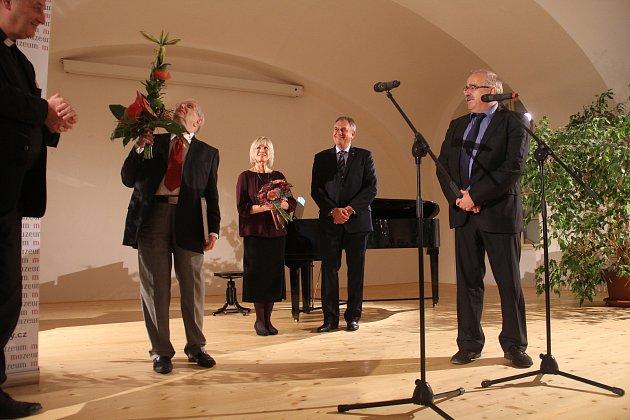 Jiří Suchý zahajoval v Olomouci výstavu. K narozeninám si nadělil i koncert s Jitkou Molavcovou