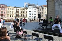 Umělci z Moravského divadla ve čtvrtek dopoledne vystoupili na Horním náměstí v Olomouci. Obyvatelé a návštěvníci města se tam dozvěděli informace o připravovaných premiérách a novinkách.