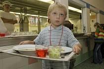 Oběd v opravené jídelně na ZŠ Nedvědova