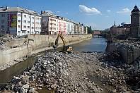 Podél ulice Nábřeží (vlevo) mezi mosty v Komenského a Masarykově ulici vznikne nová cyklostezka