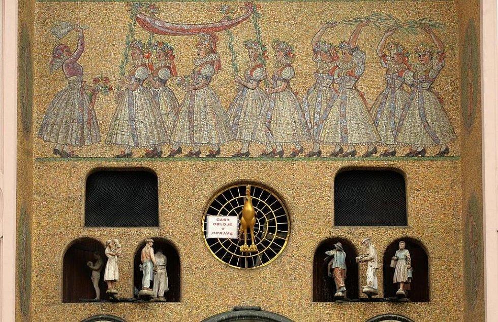 Po figurkách zůstaly na orloji zavřené výklenky