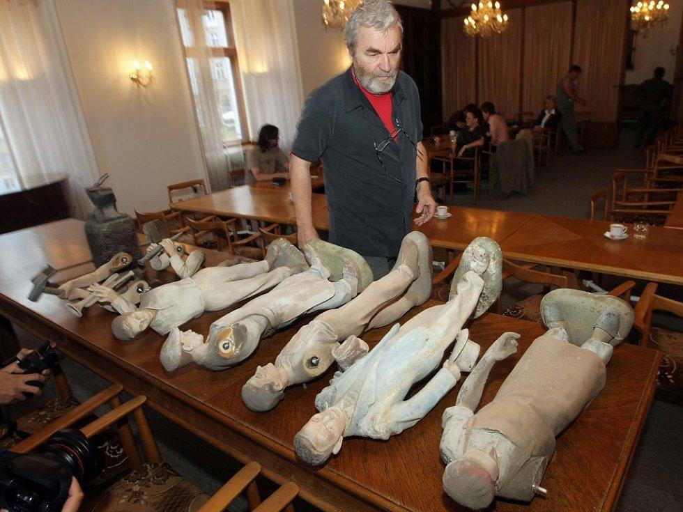 Restaurátor Jiří Látal s figurkami z orloje