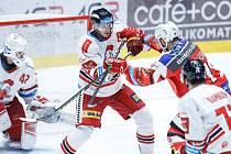 Hokejové utkání Tipsport extraligy v ledním hokeji mezi HC Dynamo Pardubice (v červenobílém) a HC Olomouc (v bíločerveném) pardudubické enterie areně.
