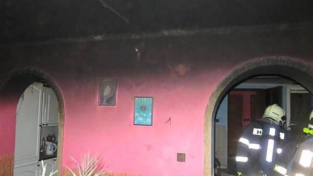 Hasiči zasahují u požáru v rodinném domě v Olšanech u Prostějova