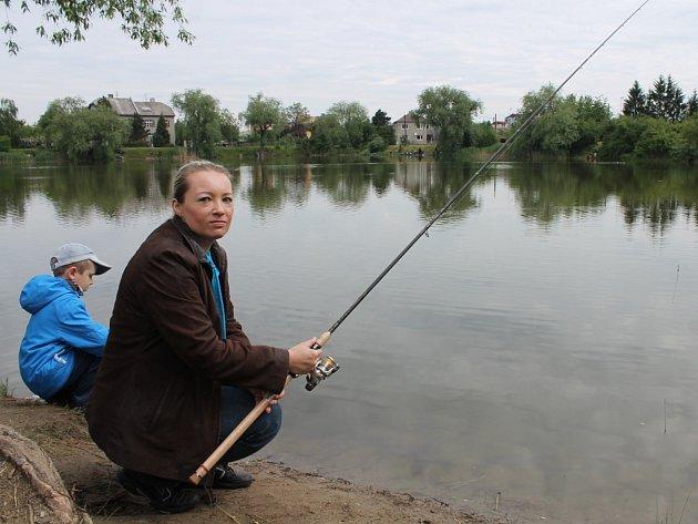 Rybářské závody pro děti na olomouckém rybníku Hamrys