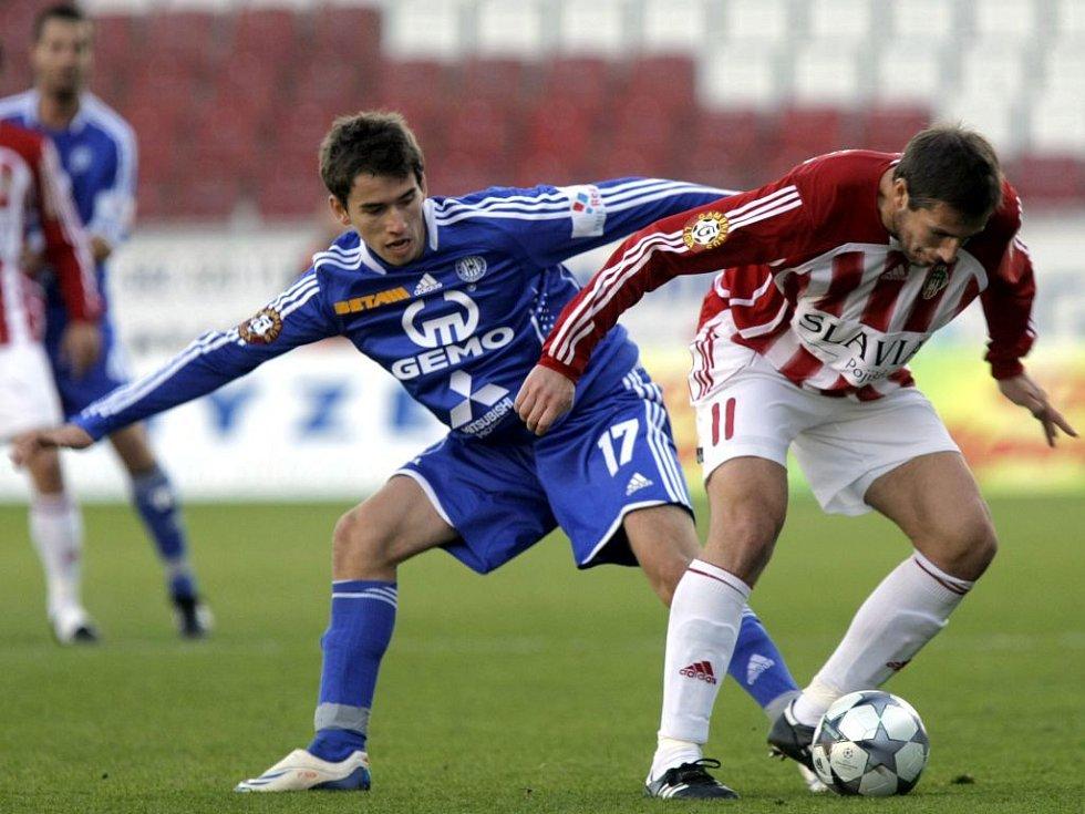 Tomáš Hořava  (vlevo) se snaží vydolovat míč