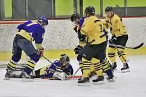 Hokejisté Uničova (ve žlutém) proti Šternberku