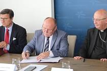 Zleva: předseda představenstva společnosti Agel Aleš Herman, hejtman Ladislav Okleštěk a arcibiskup olomoucký Jan Graubner.