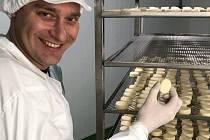 Sládek a ředitel velkobystřického pivovaru David Kapsia v tamní výrobně tvarůžků, které společnost bude prodávat pod názvem Tvargle