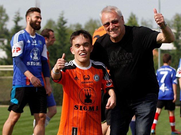 Trenér Petr Uličný. Fotbalisté Sigmy si zahráli proti fanouškům
