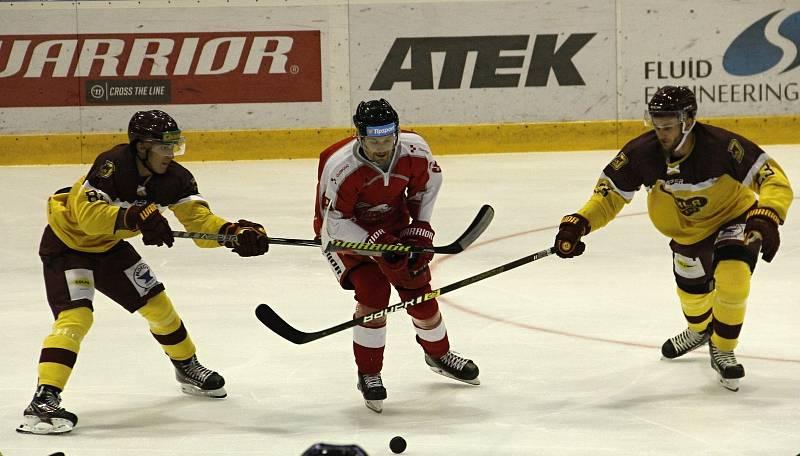 Hokejisté Mory (v červeném) porazili v přípravě Jihlavu 5:2.