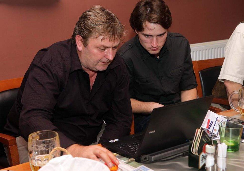 Lídr ANO Milan Feranec sleduje ve štábu hnutí výsledky komunální volby 2014 v Olomouci