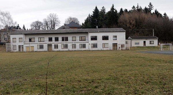 Nevyužívaná budova uhřiště a parkoviště na Svatém Kopečku