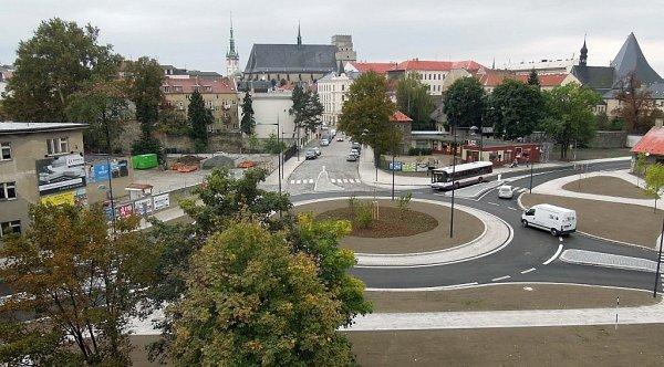 Otevření nové okružní křižovatky se ve čtvrtek před polednem dočkali řidiči projíždějící ulicemi Dobrovského, Na Střelnici a Studentská.