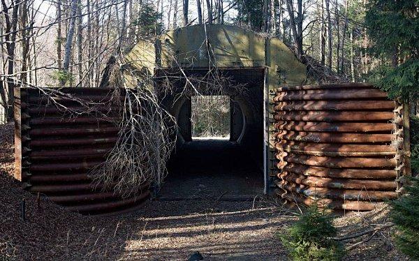 Palebné postavení oddílu 122.raketové brigády Sovětské armády - Jih - Zelený kříž. Pohotovostní muniční sklad. Zde mohli být jaderné hlavice pro raketový systém 9K76B Temp-Svudávané síle O,5Mt TNT. Tímto ničivým komplexem byla zdejší raketová brigáda