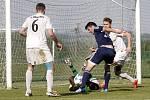 Tomáš Komenda (v modrém) dal jediný gól utkání. Ilustrační foto.
