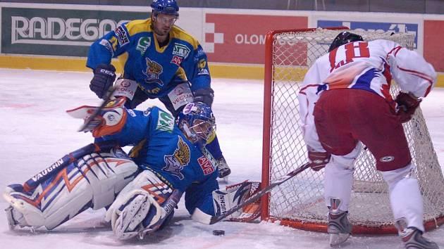 Útočník HC Olomouc Petr Vlk ml. (č. 78) se snaží překvapit brankáře Ústí Zdeňka Orcta.