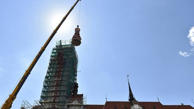 Instalace střední části špice radniční věže v Olomouci, 30. 6. 2020