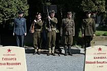 Uctěni památky obětí druhé světové války na olomouckém hřbitově.
