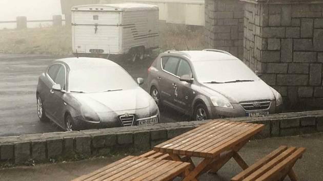 24. 9. 2018 - Praděd nad ránem pocukroval první sníh. Mizel však před očima