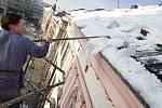 Sundávání sněhu ze střech na Horním náměstí v Olomouci