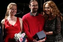 Divadlo Tramtarie získalo v roce 2014 Cenu za výjimečný počin roku v oblasti umění. Vlevo ředitelka  Petra Němečková, umělecký vedoucí divadla Vladislav Kracík. Cenu předávala Simona Stašová (vpravo)