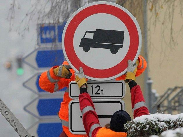 Zákaz vjezdu vozidel nad 12 tun.